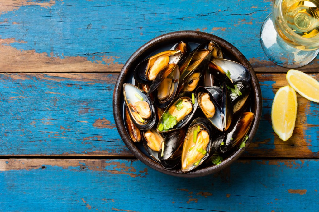 mussels-on-blue-(is-520715210)
